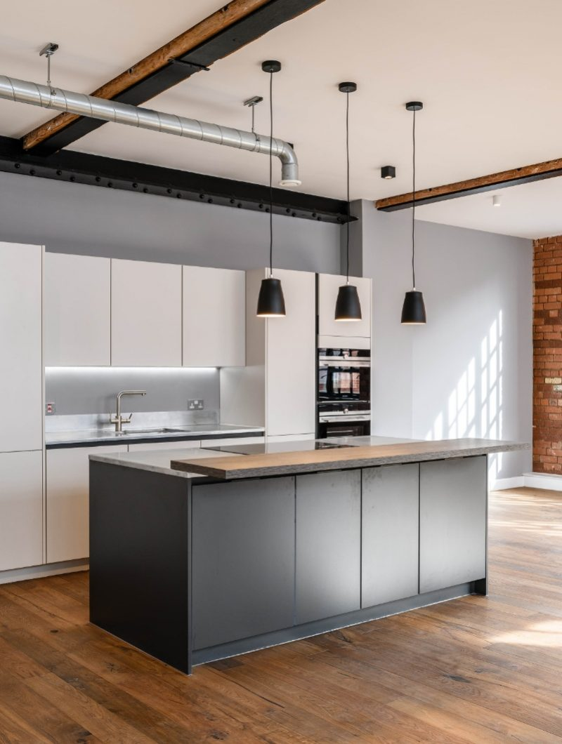 Live Projekt industrial apartment room with modern white and grey kitchen