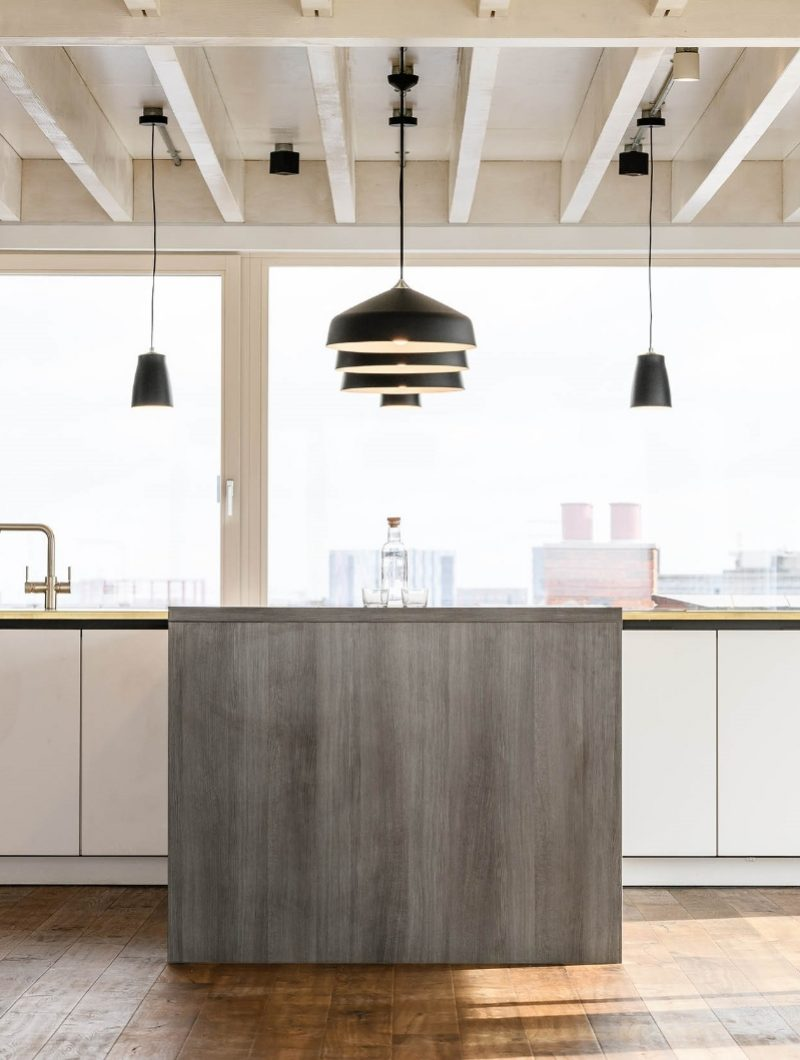 Live Projekt industrial apartment kitchen island with pendant lights