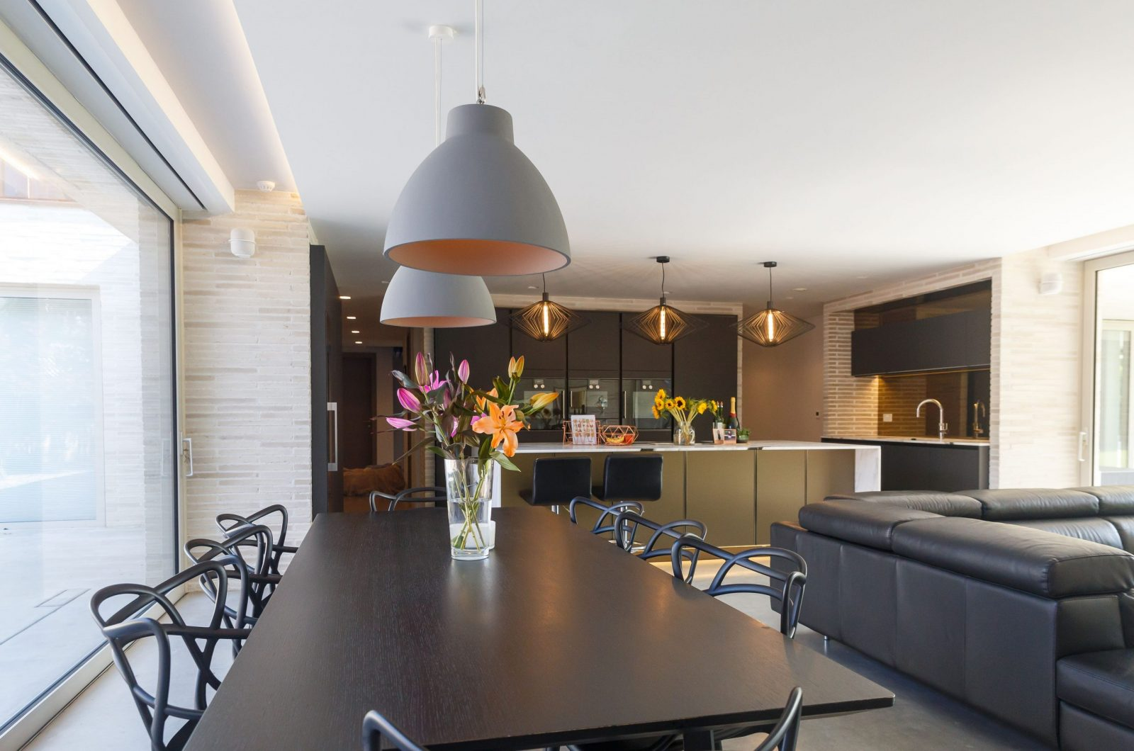 Studio Spicer Project open plan kitchen overlooking the 8 seater dining table onto the breakfast bar
